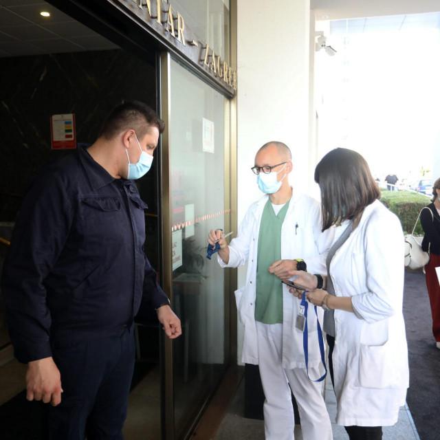 Zagreb, 041021.<br /> KBC Rebro.<br /> Danas u zdravstvu i socijali krecu obavezne covid-potvrde.<br /> Na fotografiji: provjera covid potvrda prije ulaska u bolnicu.<br />