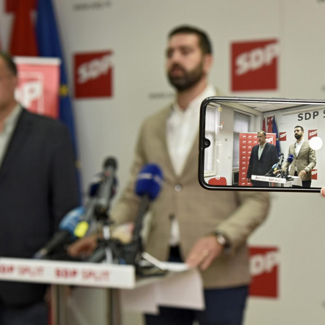 Split, 061021.<br /> Konferencija za medije SDP-a Split na kojoj se govorilo o prirezu koji odredjuje grad.<br /> Na fotografiji: Goran Kotur i Davor Matijevic.<br />