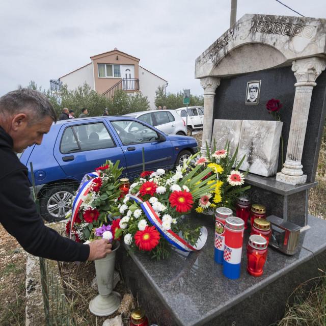 Polaganje vijenaca i paljenje svijeća na grobu poginulog Janka Pulića