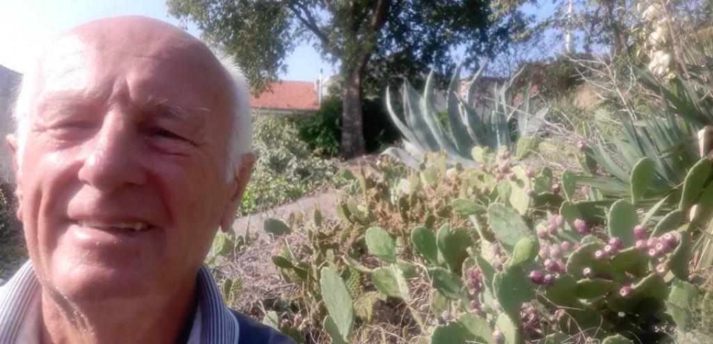 Berač kaktusa Andrija Grgurin pokraj ljubičaste opuncije u Mikulićima