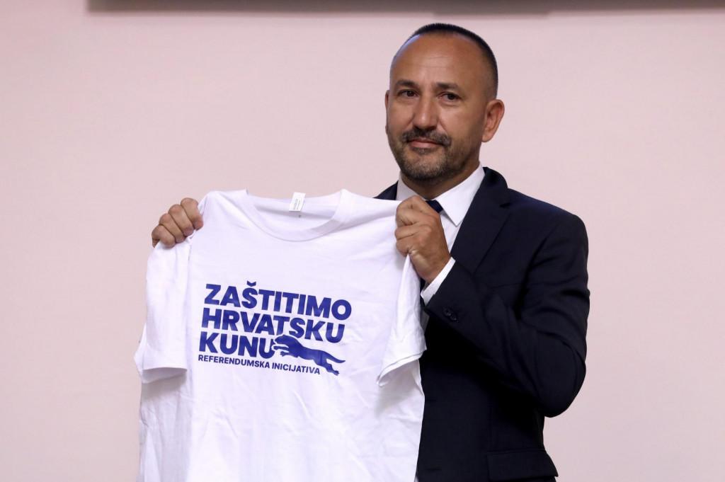 Hrvoje Zekanović Vujčiću je poklonio majicu s natpisom 'Zaštitimo hrvatsku kunu' uz molbu da je ne koristi kao pidžamu<br />