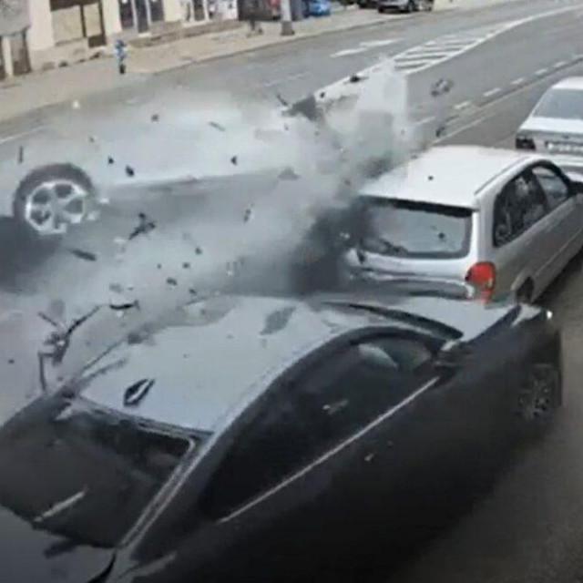 Trenutak udara u parkirana vozila u velikoj brzini