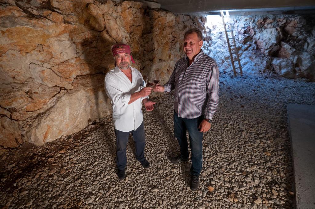 SPECIJAL: SD<br /> Stankovci, Zadar, 051021<br /> Zeljko Baradic i Rade Bobanovic su bivsi nacelnici svojih opcina koji se danas bave maslinarstvom i vinarstvom.<br /> Na fotografiji: u podrumu MasVin.<br />