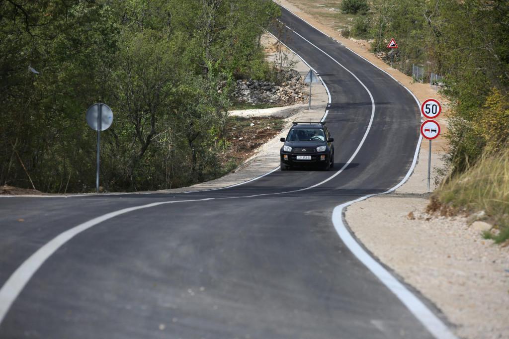 Zacrnio se novi asfalt na dalmatinskom kršu i donio optimizam u poodavno raseljena mjesta