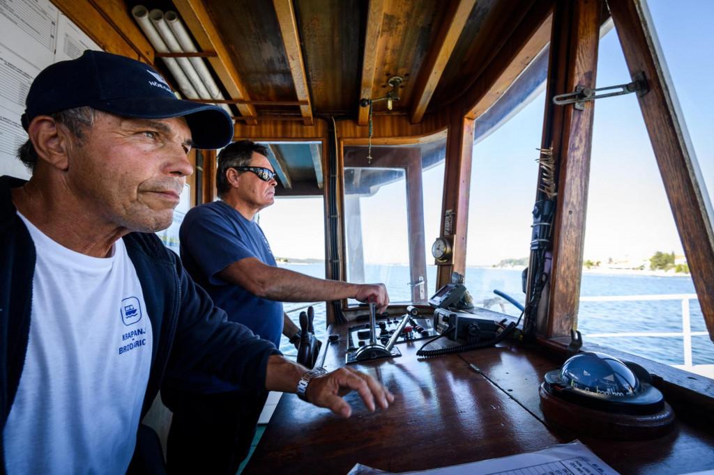 Dvočlana posada za sigurnu plovidbu duž linije duge 320 metara