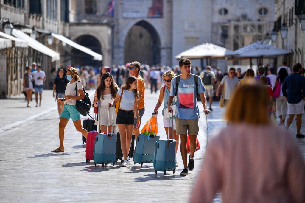 Turisti s prtljagom na Stradunu