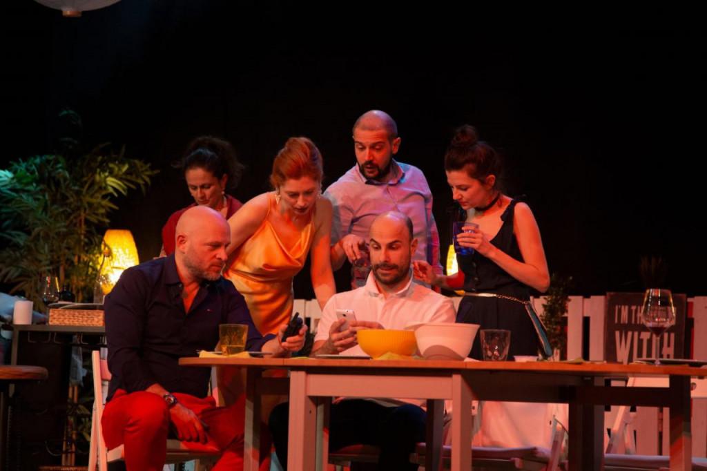 Predstava je nastala po talijanskom filmu 'Perfetti sconosciuti', a vrhunsku glumačku postavu čine: Judita Franković Brdar, Ivan Đuričić, René Bitorajac, Petra Dugandžić, Katarina Baban, Dean Krivačić i Mladen Kovačić.