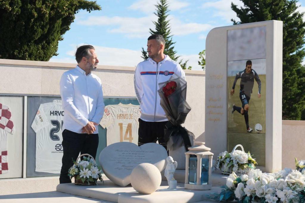 Lukša Jakobušić i Danijel Subašić na grobu Hrvoja Ćustića