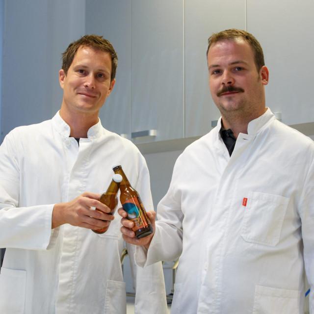 Mentor Marin Ordulj i Petar Puškarić nazdravljaju pivom koje su proizveli prvi na svijetu