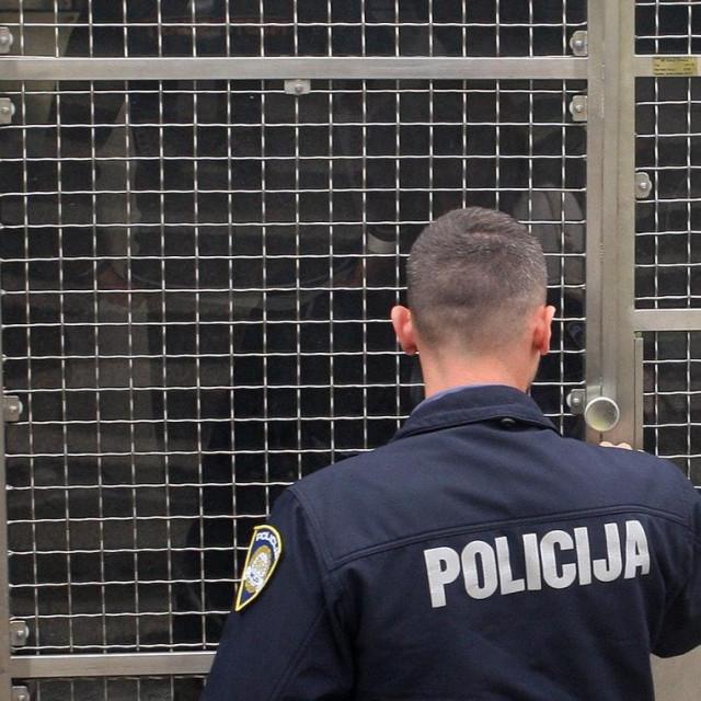 Cakovec, 140519.<br /> U sljetanju automobila u mjestu Zelezna gora ozlijedjeno je ukupno 11 osoba, prema policijskom izvjescu radi se o vozacu i 10 najvjerojatnije ilegalnih imigranata. Migranti su medicinski zbrinuti u Zupanijskoj bolnici u Cakovcu.<br /> Na fotografiji: nakon pruzene lijecnicke pomoci policija je preuzela migrante.<br />