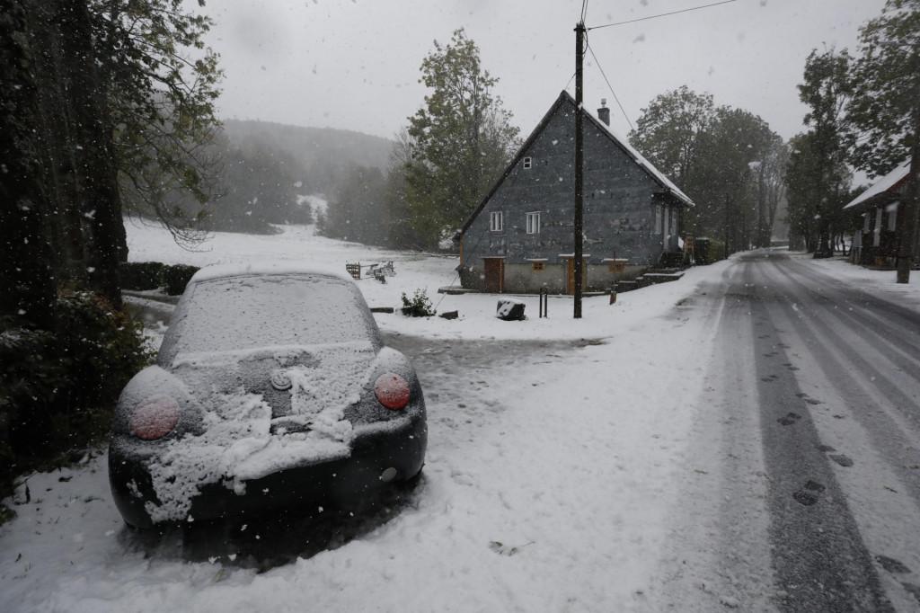Prvi ovosezonski snijeg zabijelio je Gorski kotar, zadržava se na tlu i usporava cestovni promet