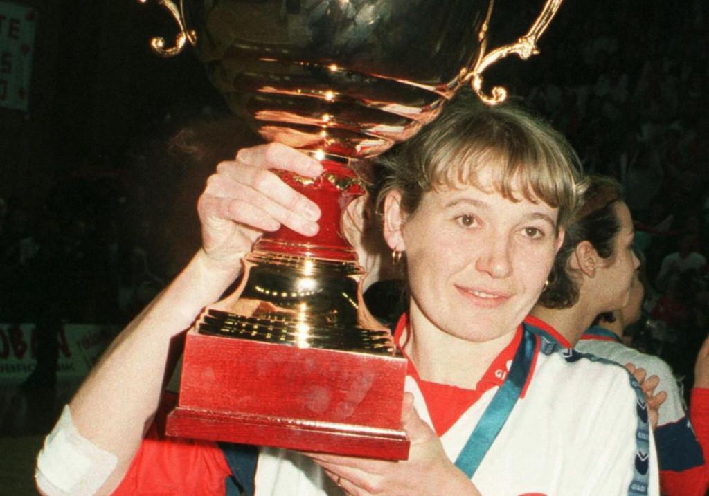Elena Čebukina s pokalom klupskog prvaka Europe 15. ožujka 1998. godine - odbojkašice Dubrovnik Dubrovačke banke su u finalu završnog turnira, odigranog u Gospinom polju, dobile turski Vakifbank