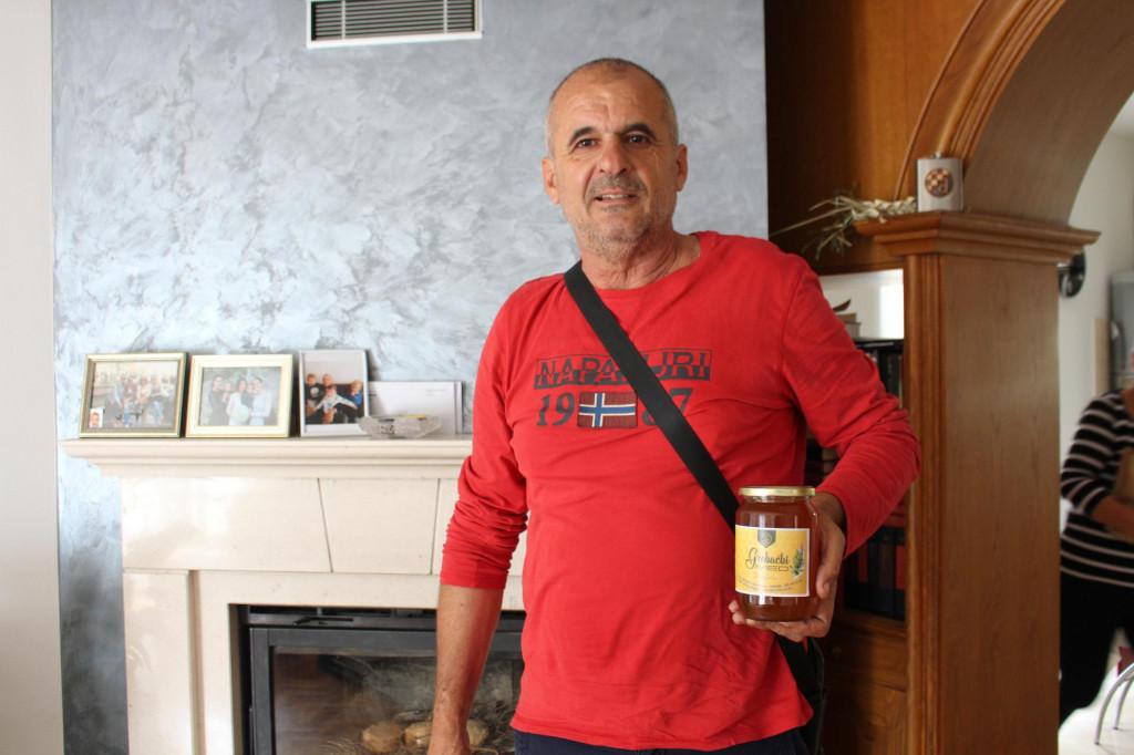 S teglom nagrađenog meda u obiteljskom domu u Mokošici