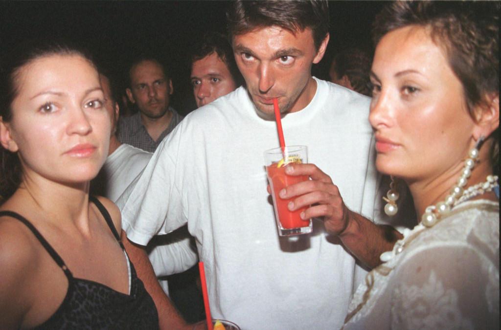 Leonarda (na fotografiji u društvu Nine Badrić i Gorana Ivaniševića u Splitu 2001. godine) ovog je ljeta opet sasvojom dugogodišnjom bliskom prijateljicom iz djevojačkih dana otputovala u Međugorje