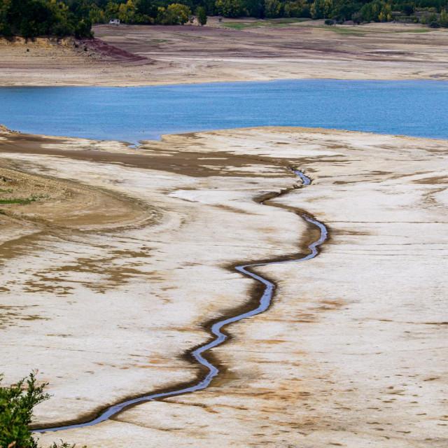 Vodostaj akumulacijskog jezera Peruča najniži je u posljednjih nekoliko godina pa se otkrivaju potopljeni ostaci kuća, mostova, puteva i zidova, ovdje na fotografiji vidimo predio Garjak<br />