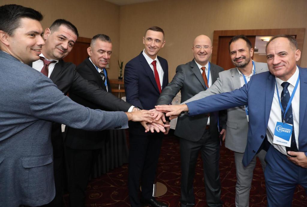 Ekipa iz Domovinskog pokreta pozira s novim predsjednikom
