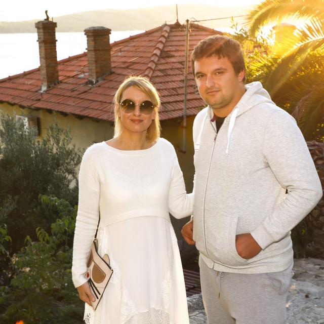 Mirela Sablić i sin Ivan Luka Sablić ispred kuće na Kašjunima: Naša obiteljnikad nije odstupila ni milimetra od zakonski zadanih gabarita, što je sve i sudski potvrđeno