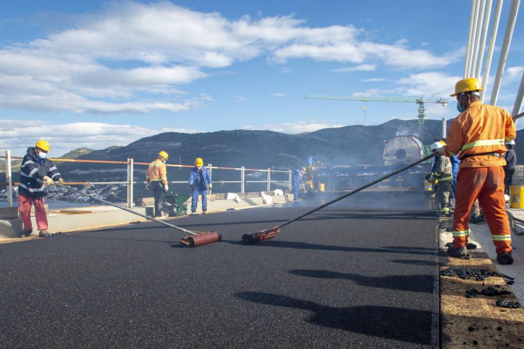 Na kolnik Pelješkog mosta nanesen je prvi sloj asfalta, i to domaće proizvodnje