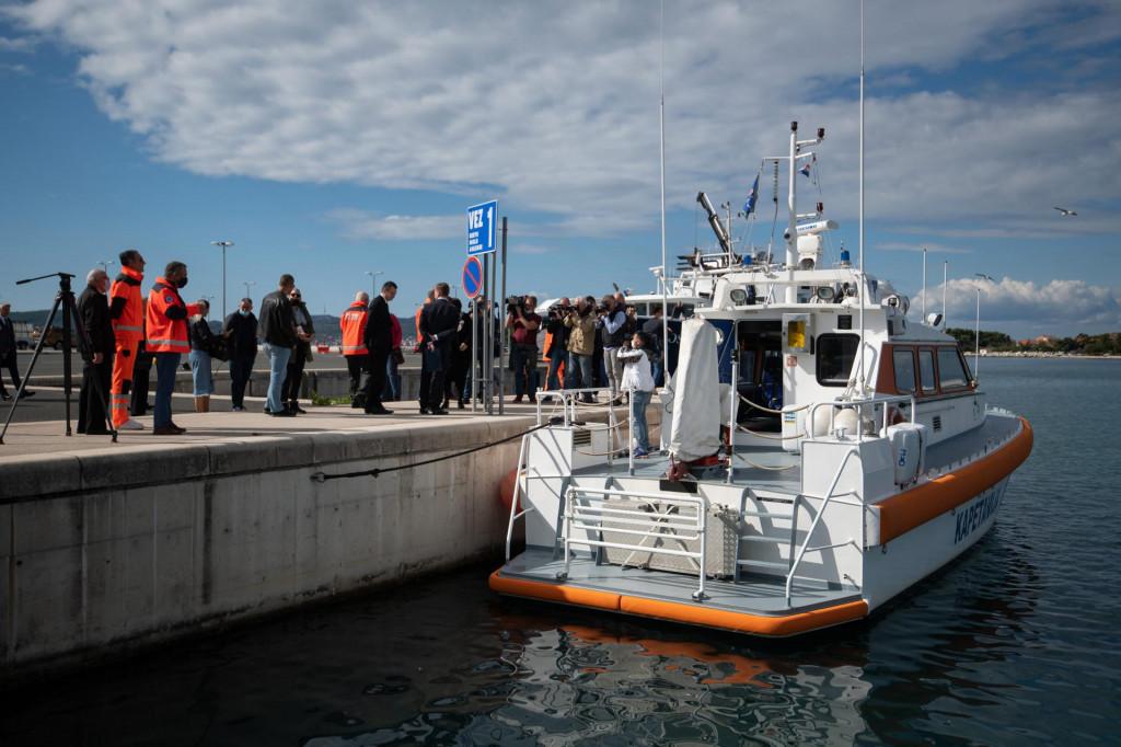 Zadar, 131021<br /> Danas je u luci Gazenica odrzana svecanost potpisivanja ugovora o izgradnji i opremanju sest brzih brodica za uspostavu hitne pomorske medicinske sluzbe.<br /> Na fotografiji: obilazak primjera buducih brodova hitne pomorske medicinske sluzbe.<br />