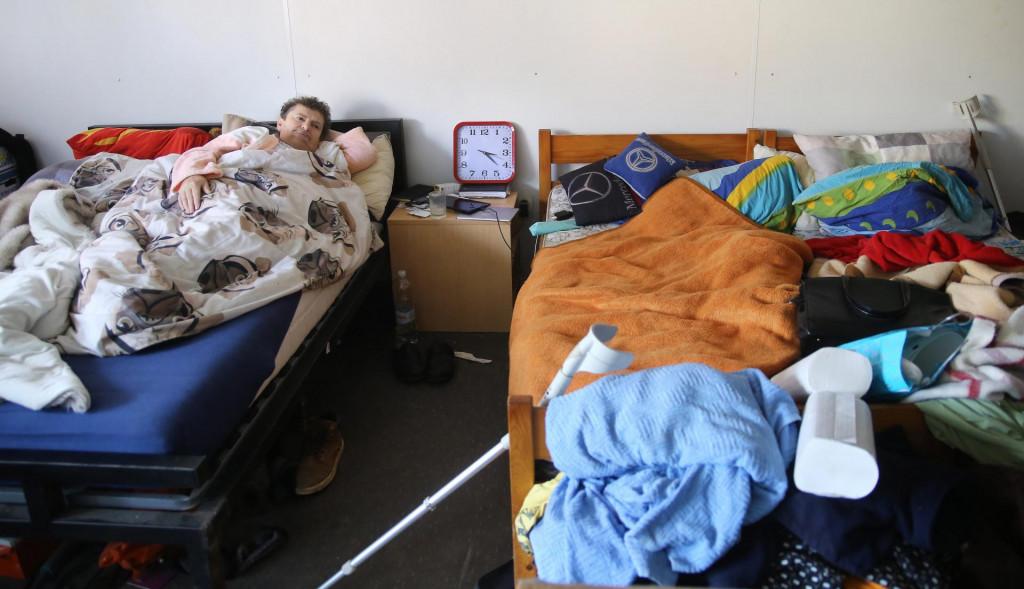 Bolesna Marija Bakić spava u kontejneru dok novoizgradjena drvena kucu zjapi prazna jer nije spojena struja