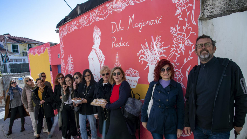 Članovi Udruge Domine svečano su otvorili mural pokojnoj autorici Dalmatinske kuharice, Diki Marjanović Radici