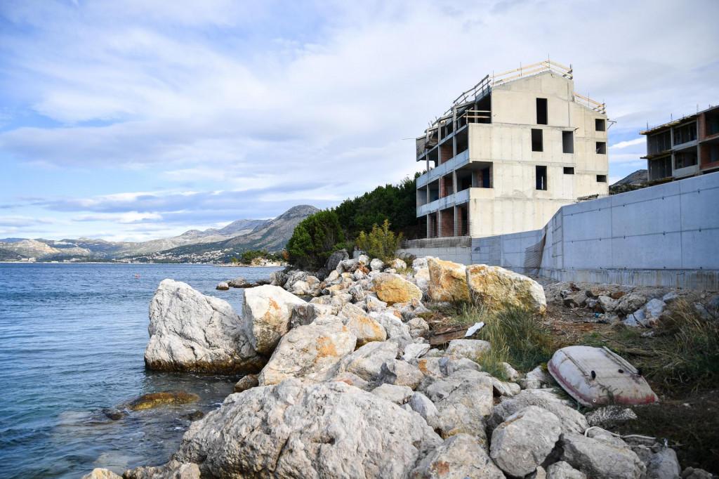"""Ovo je nekad bila pitoma mala plaža, a zid donje zgrade gotovo je """"gazio"""" more"""