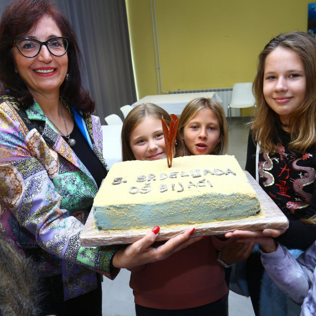 Ravnateljica Jadranka Šošić s djecom i svečanom tortom