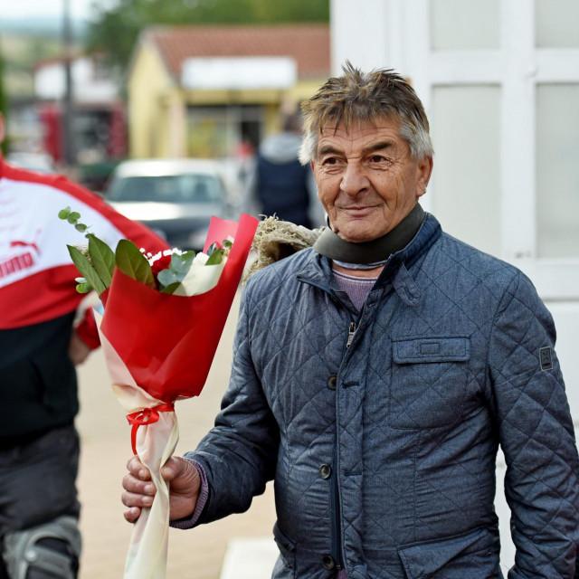 Mirko Norac Kevo, poznatiji kao Mićo Kevin i novi Kralj žaba:Kad je bio ovaj zadnji potres, na pola metra od glave pao mi je veliki komad žbuke! Požurili su me okruniti, da ne umrem neokrunjen