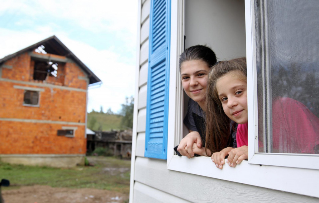 Sestre Dragana i Milana Drajić u kontejneru čekaju da im sruše staru kuću i izgrade novu