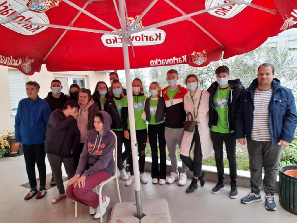 Volonteri su izveli prigodan program korisnicima Doma za odrasle osobe i rehabilitaciju Metković