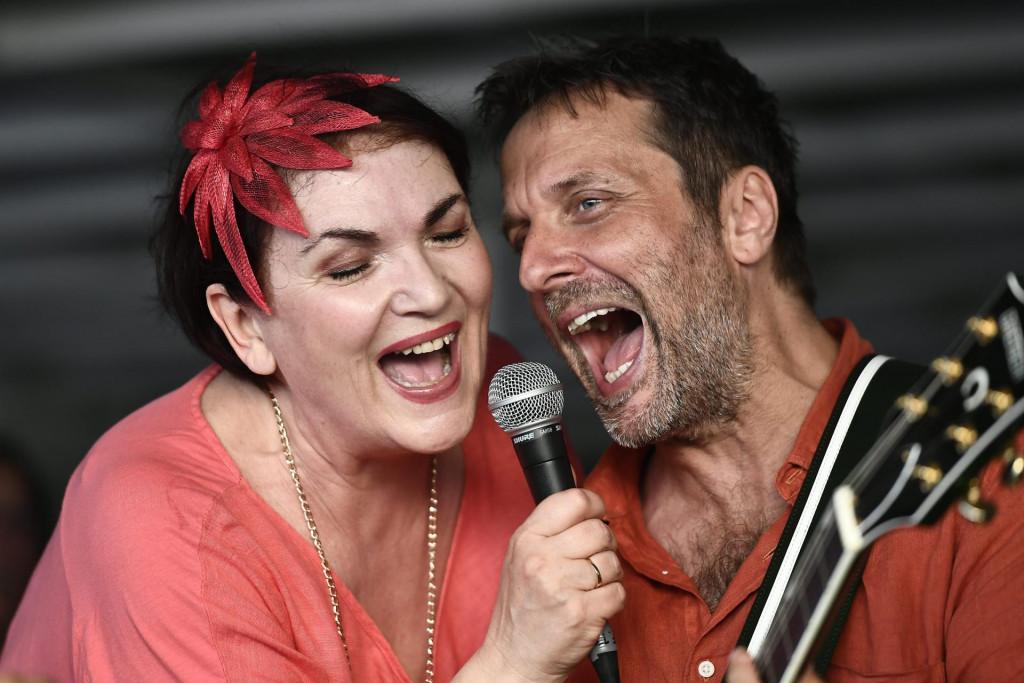 Zorica Kondža i Ante Gelo na trajektu Jadrolinije na putu za Vela Luku, gdje su pjevali u čast svom velikom prijatelju Oliveru