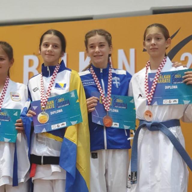 Mare Mileta (na slici prva s desna) osvojila je broncu u kategoriji djevojčica 2009. godište do 45kg