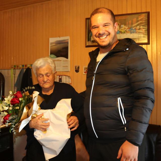 Načelnik Luka Perinić uručio je baki Luci buket cvijeća