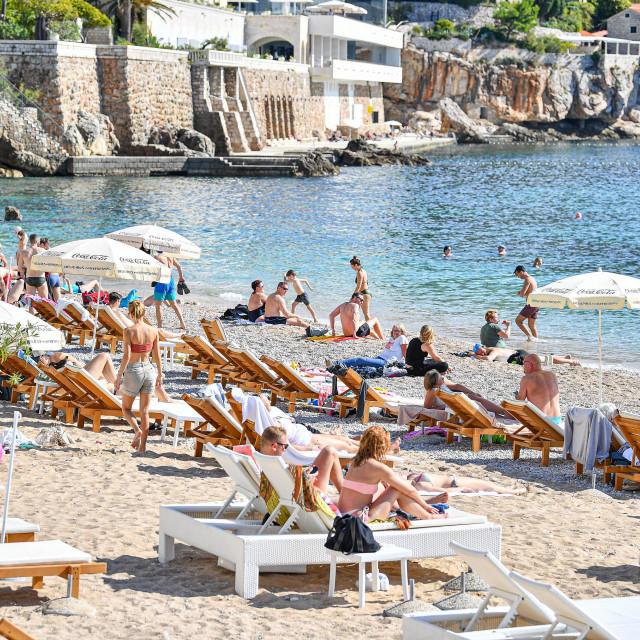 Dubrovnik, 171021. Topla i suncana nedjelja izmamila je mnoge domace a i nerijetke turiste na suncanje na Porporeli ali i plazi Banje. Hrabriji su se i okupali. Tonci Plazibat/CROPIX