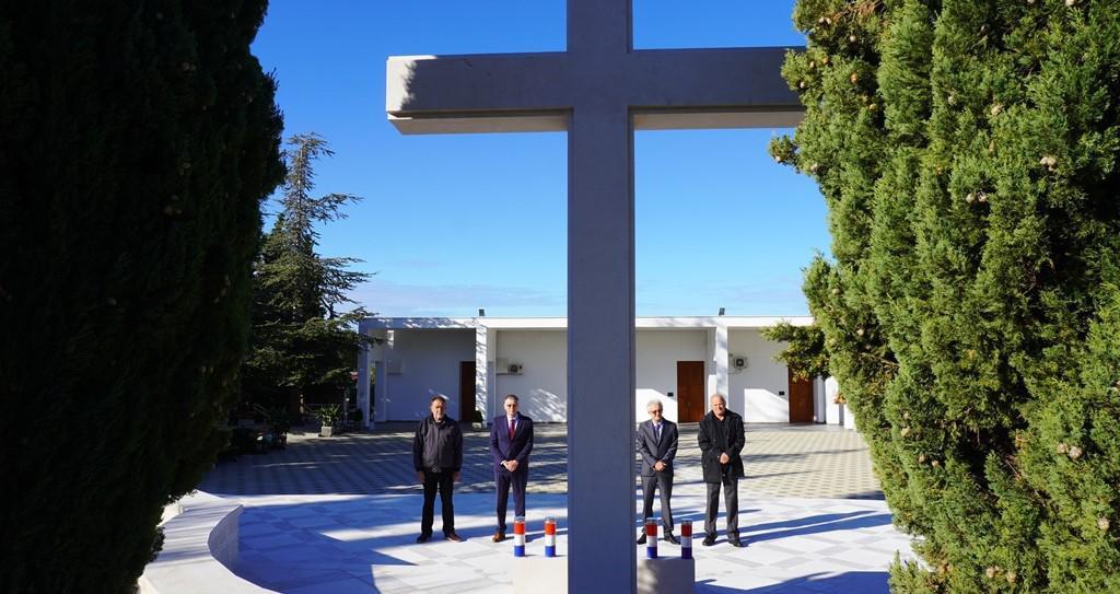 Na groblju Kvanj zapaljene su svijeće za sve poginule i umrle šibenske dragovolce