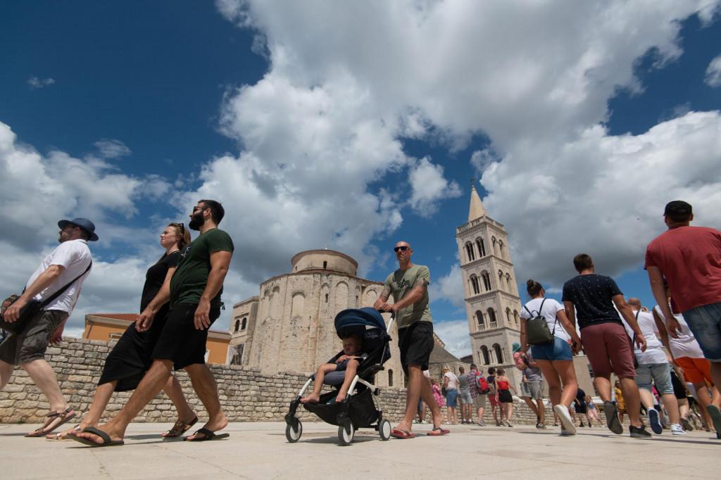 Zadar, 050821.<br /> Vrhunac je turisticke sezone, a zadarski Poluotok prepun je turista i sve izgleda kao u vrijeme prije pandemije koronavirusa.<br />