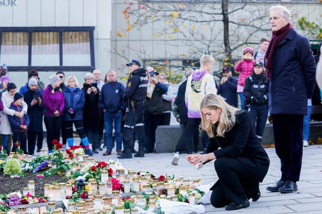 Članovi norveške Vlade odaju počast stradalima u prošlotjednom napadu, koji je proglašen terorističkim