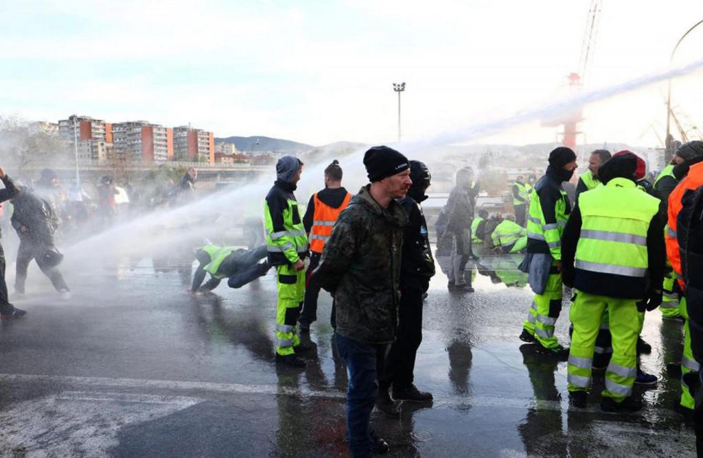 Prosvjedi protiv covid potvrda traju već danima