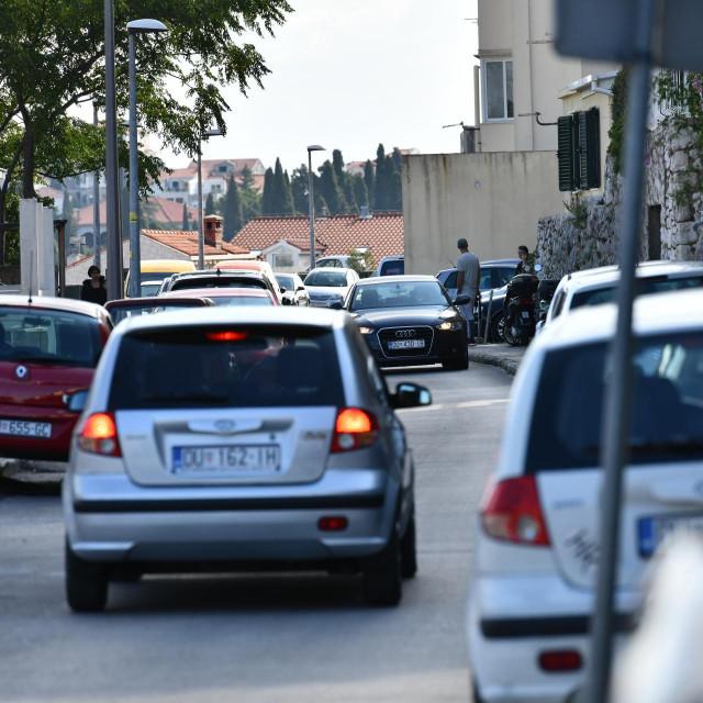 Zakrčena prometnica u dubrovačkom naselju 'Kineski zid'
