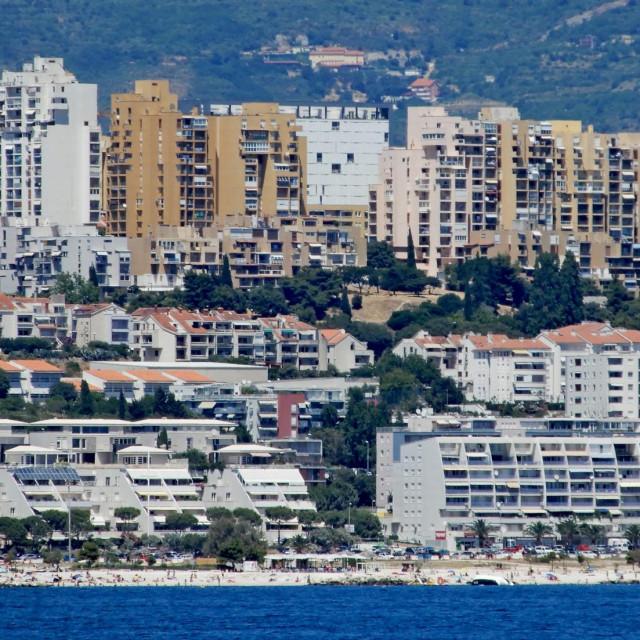 Obalni dio Hrvatske ima turizam kao veliki faktor koji daje prednost izgradnji kuće s možda nekoliko dodatnih apartmana za iznajmljivanje