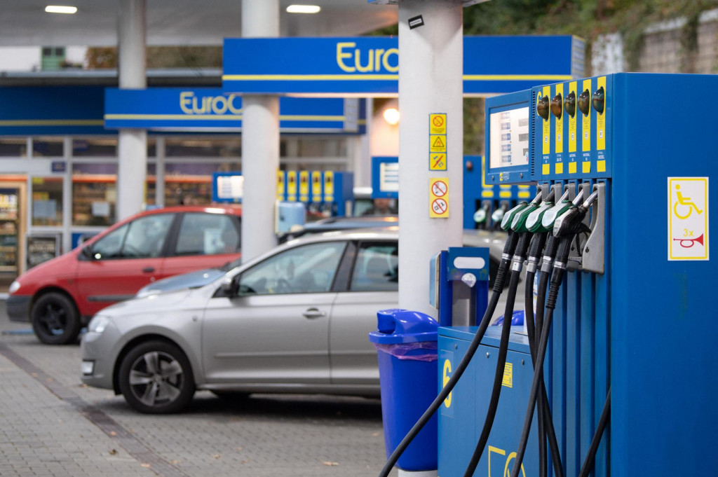 19 October 2021, Czech Republic, Hrensko: Several cars are parked at a filling station on the German-Czech border. In Germany, diesel is now more expensive than ever before. Photo: Sebastian Kahnert/dpa-Zentralbild/dpa (Photo by Sebastian Kahnert/dpa-Zentralbild/dpa Picture-Alliance via AFP)