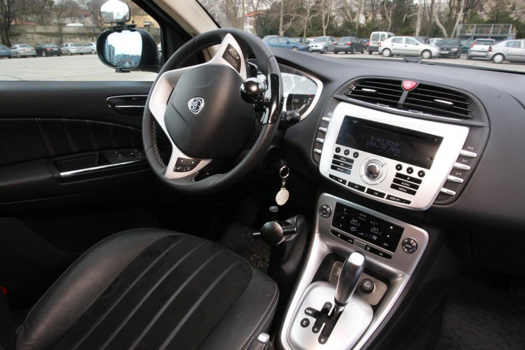 Mlađi vozači i muškarci odlučuju se za automatike