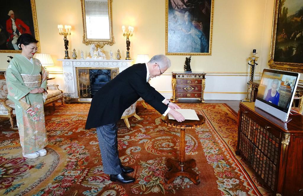 Japanski veleposlanik Hajime Hayashi i njegova supruga Haruko Hayashi u Buckinghamskoj palači