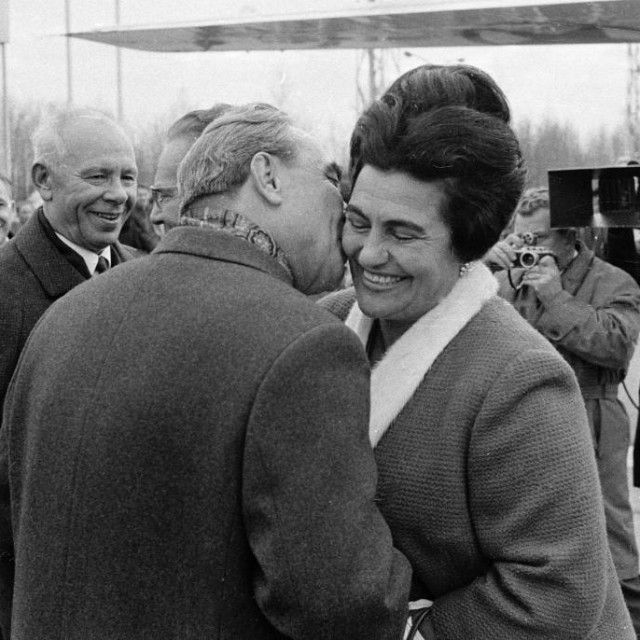 S Leonidom Brežnjevom i prepoznatljivom frizurom