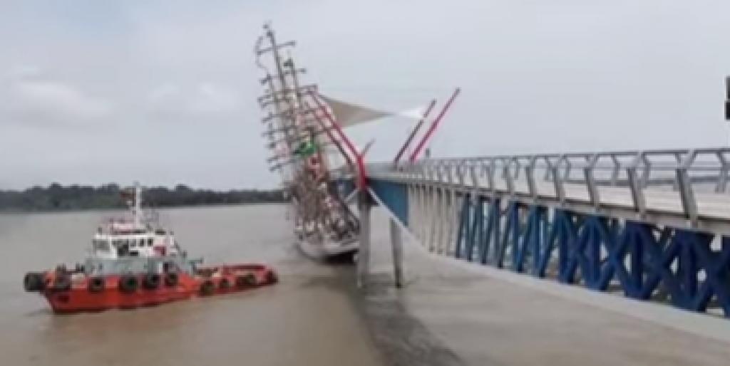Neobična pomorska nesreća, udar jedrenjaka u most za pješake