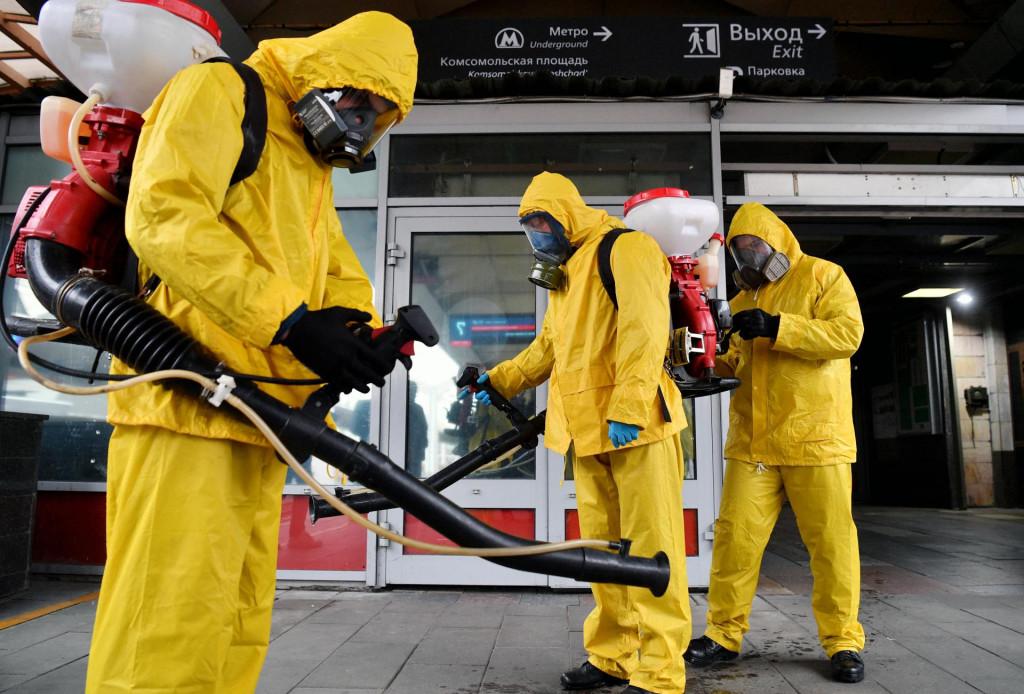 Djelatnici u zaštitnoj opremi pripremaju se za dezinfekciju željezničkog terminala Leningradsky usred pandemije koronavirusa u Moskvi u Rusiji.