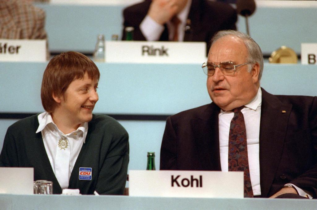 Angelu Merkel su nakon javnoga distanciranja od crnih fondova Helmuta Kohla nazivali ocoubojicom i ženom koja prlja zajedničko gnijezdo