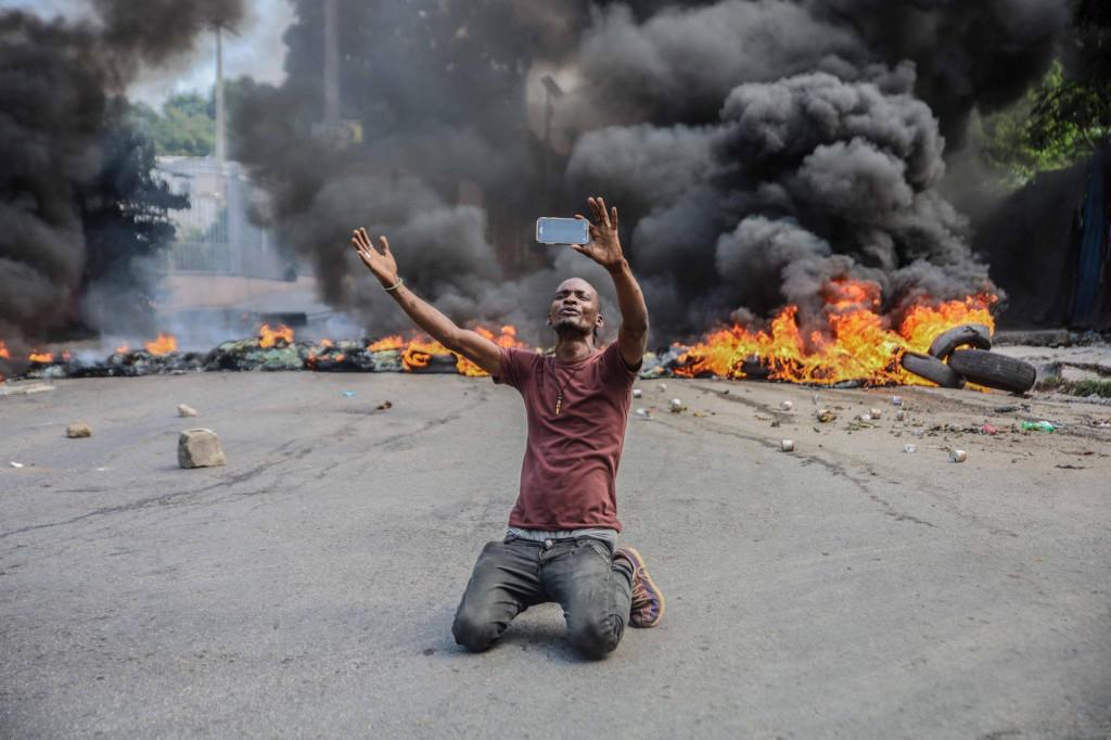 Muškarac se snima za vrijeme prosvjeda na Haitiju