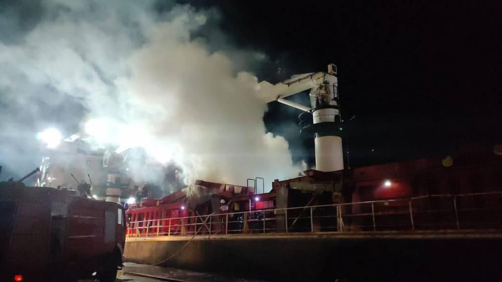 Požar na brodu u Pločama