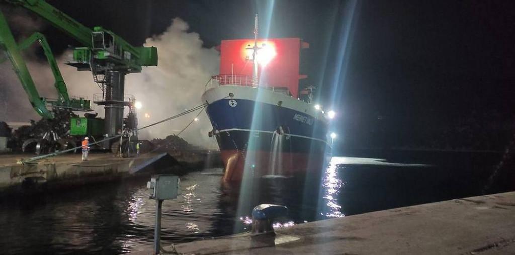 Ugašen požar na brodu u luci Ploče